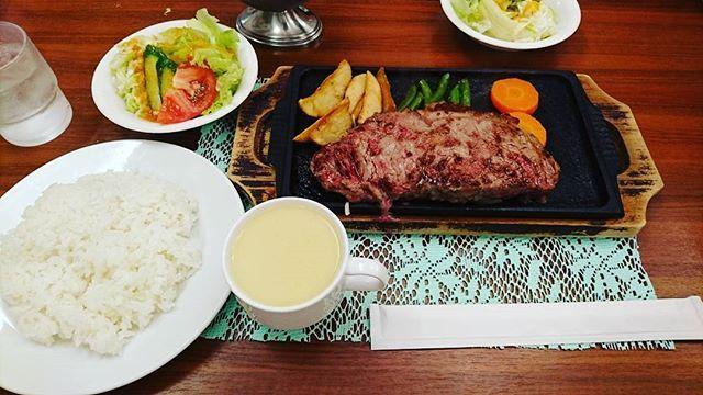 ランチ 『牛鉄』  牛ロースステーキ350㌘ 2,000円 オニオンニンニクのソース 美味しくいただけました。  味噌汁 スープ コーヒー (一杯までサービス)  店員さんの対応イマイチ… #ランチ #ステーキ #牛ロース #肉 #血になる #350 #美味しい #食べ物