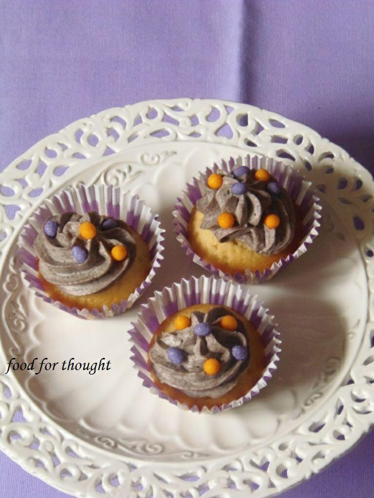 Cupcakes με μπισκότα Oreo http://laxtaristessyntages.blogspot.gr/2013/04/cupcakes-oreo.html