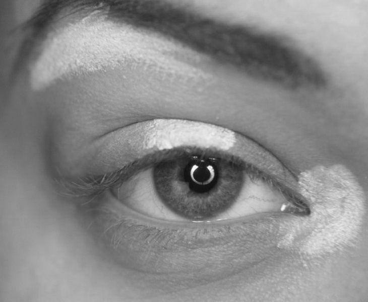 Макияж, в конце концов, просто игра света. Подчеркивая определенные области, вы можете легко создать иллюзию более яркого глаза. Использование светлые оттенки в областях, чтобы помочь им выделиться, и более глубокие оттенки, чтобы добавить глубину, толкая их назад.  Мои любимые сладкие пятна, чтобы выделить являются внутренний угол глаза, центр века, и вдоль бровей. Размещение моменты в этих трех областях поможет подчеркнуть глаза и в целом оставить их, глядя больше и ярче.