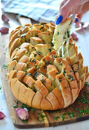 """Chleb faszerowany serem i masłem czosnkowo-pietruszkowym - najlepsza klasyczna wersja chleba """"imprezowego"""" (chleb nacinany) - MniamMniam.pl"""