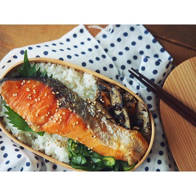 fujifab12 on Instagram pinned by myThings 鮭弁当には豆絞りでしょう!!! …豆絞り持ってる20代女子がどれだけいるのか謎ですが…(わたしは基本手拭いユーザーです祖母のものを全部引き継ぎました) 話は鮭に戻りまして(そもそもまだしてない)  こちら#角上魚類 でゲットした甘塩紅鮭でございます❤️❤️❤️ 見るからに美味しい❤️❤️❤️ サブおかずは ⚫︎ごぼうと鶏ひき肉、ひじきの甘辛煮(ひじきを角上魚類でゲット) ⚫︎きゅうりの塩もみ  です。 …か、可愛さ見出せますかね?  #foodpic#feedfeed @thefeedfeed#管理栄養士#dietitian#お昼ごはん#おうちごはん #lunch#お弁当#旦那弁当#米好きの弁当#曲げわっぱ#わっぱ弁当#鮭#鮭弁当#角上魚類#和食#japanesefood#煮物#豆絞り#手拭い