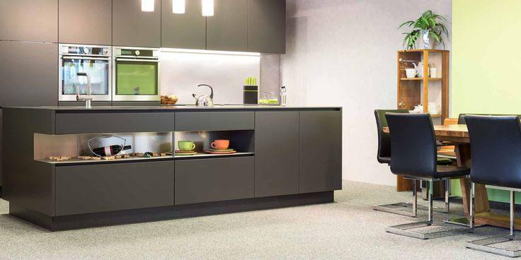 Keukens zijn er in allerlei stijlen én kleuren. De kleur die je de keuken geeft is van invloed op de uitstraling en het eindresultaat. De meeste kiezen bijvoorbeeld wit. Maar heb je wel eens gedacht aan een grijze kleur? Een populaire trend is de grijze keuken. Een kleur waar je niet snel op...