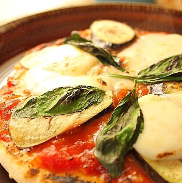 今日の朝食です。  先週作ったマルゲリータにをプラスしてみました。 生地はドライイーストなしです。 - 295件のもぐもぐ - とのクリスピーピザ by bagusbintang