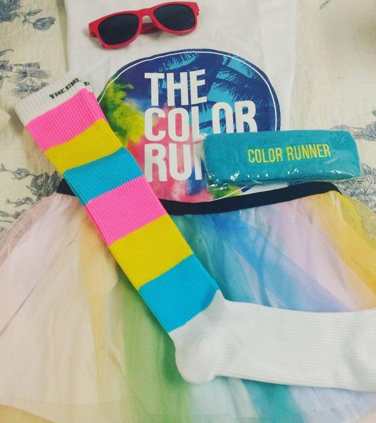 Apenas esperando que domingo chegue logo! Olha esse kit!!!  Quero correr com esse meião hoje-estou-feliz todos os dias!!! (O Kit de Gabriel veio boné e óculos. Sem meião feliz e sem saia de tutu)  #thecolorrun #cores #felicidade #alegria #instarun #maisleve #run #5k #pin