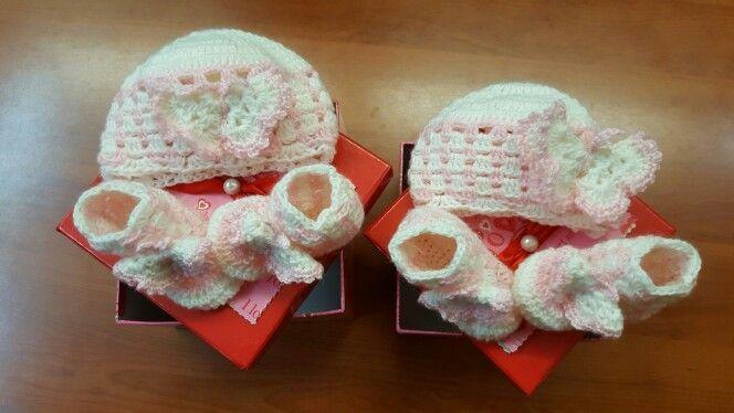 Scarpine e cappellino neonata all'uncinetto.