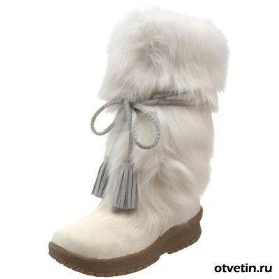 Светлые замшевые туфли запачканы