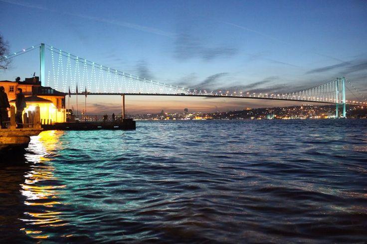 從亞洲岸貝樂貝怡夏宮看橫跨歐亞博斯普魯斯海峽大橋的景色。 ©Bülent Kayar