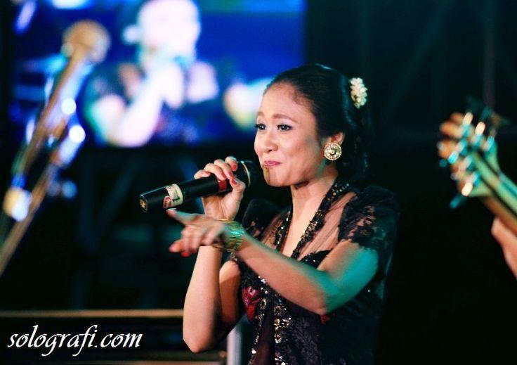 Pesinden asal Solo, Sruti Respati, membawakan lagu Cublak-Cublak Suweng dalam Traffic Jazz Festival Solo..