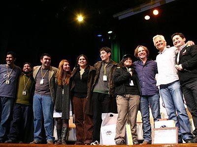 """""""Si Twin Peaks fue la serie pre web, X-Files fue la serie de la época web. Fue la primera serie que realmente creó comunidades de fans online. El creador tenía relación directa con los fans en la web, y para corresponderles por alguna de sus ideas usaba sus nombres en personajes de la serie"""" (Carrión). En esta imagen, fans de la serie durante la La Expo The X-Files, organizada por el Grupo X-Files Chile. Para ellos, """"una experiencia única"""" conocer y compartir con su creador Chris Carter."""