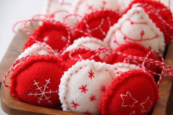 Fleecové ručně vyšívané vánoční ozdoby / Fleece hand embroidered christmas decoration: http://www.prosikulky.cz/fleecove-ozdobicky-na-stromecek/