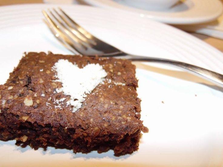 Deze brownies bevatten een gezond en verrassend geheimpje... zwarte bonen! Toen ik de eerste keer een recept van brownies met zwarte bonen tegenkwam, fronste ik eerlijk gezegd ook de wenkbrauwen.