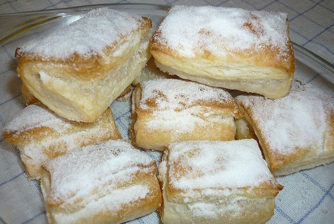 Retete Culinare - Pateuri din aluat de foietaj cu gem de caise si nuca de cocos