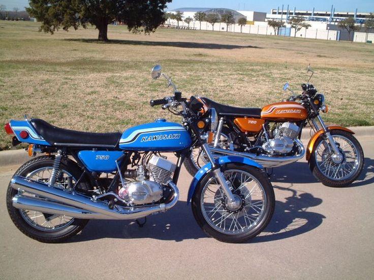 Moto Kawasaki 750 H2 de 1972 , moteur deux temps trois cylindres, refroidissement à air, cadre double berceau, freins à tambour et à disque, graissage séparé, allumage electronique, boite 5 vitesses.