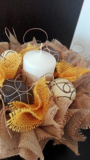 Centrotavola Pasquale con candela,fatto a mano con base in sughero ,ciuffetti di juta e rami di midollino...