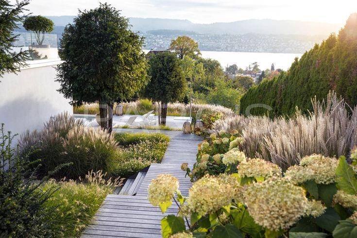 Villa Garten Mit Uppiger Plantage Parc 39 S Gartendesign Graser Garten Entwurf Sloped Garden Garden Design Layout Garden Design