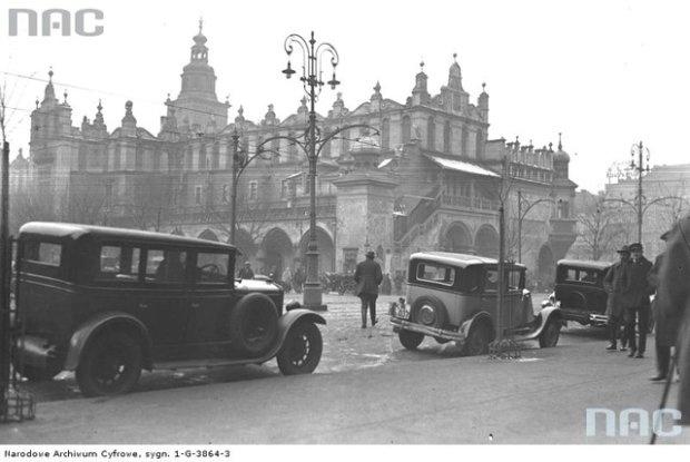 Styczeń 1931. Taksówki na postoju przy Sukiennicach