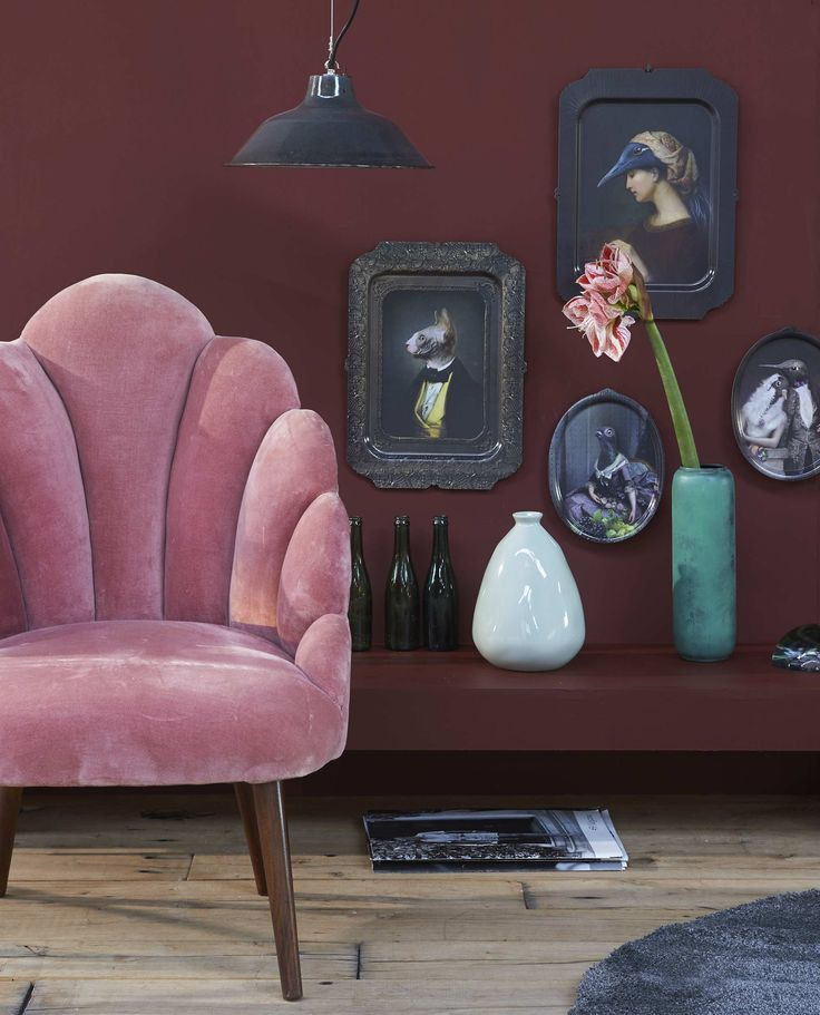 Roze velours fauteuil, limited winter edition, groene metalen vaas (Sissy-Boy). Aan de wand metalen dienbladen, presse-papier (Maison NL). Gedeukte vaas (Loods 5). Flesjes, metalen hanglamp (Brût Amsterdam). Rond vloerkleed Ådum (Ikea).