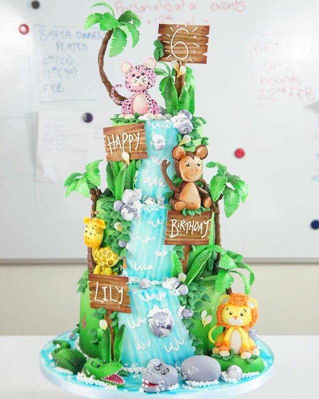 Jungle massive! This weekends birthday cake is totally lush! I just love the colour green don't you?? So juicy! So much fun to make too... what's your favourite animal on there?? #tuckingamazing #palmtree #lion #monkey #leopard #giraffe #jungle #cake #junglecake #instacake #luxury #london #events #kids #childrens #party #parties