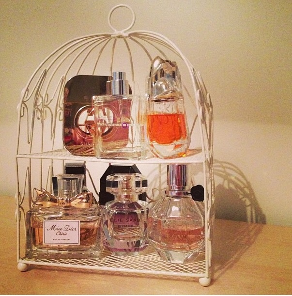 Great idea for organizing multiple perfumes on my dresser.