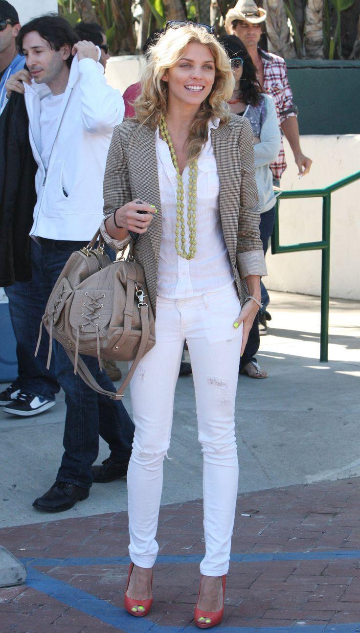 white pant, white shirt, neutral jacket bag %u2013 - > bright, bold shoe