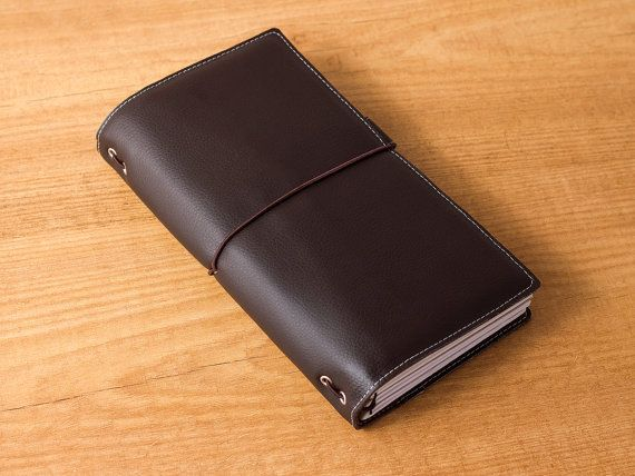 This dark brown travelers notebook is a handmade vegan journal made of PU leather. It comes comes with an elastic, if you want it with two elastics (two horizontal holes on the spine) let me know in the Note to seller box at checkout. If you want four elastics (three horizontal holes on the spine) it will cost US$2 extra, message me before placing your order :)  This fauxdori includes a blank notebook made of high quality paper, but if you need more refills, you can order a pack of 3 here…