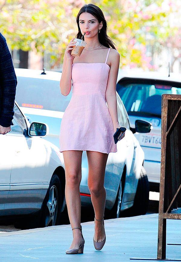 emily ratajkowski usa vestido rosa ladylike