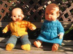 Un ensemble en laine pour poupon de 40cm Pull poupon Fournitures : 1 pelote de laine de la couleur désirée, ici du brun, un peu d'une autre, ici jaune Des aiguilles 2,5 Dos : 44m avec la laine jaune. Tricoter 8 rangs de côtes 1/1 puis 1 rang en jersey...