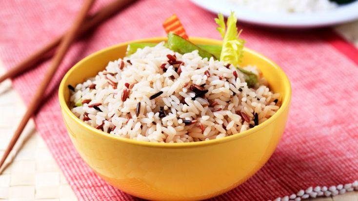 Viel Kalium, wenig Natrium: Das ist die Formel, mit der Reiskörner die Entwässerung des Körpers unterstützen. Ein Reistag kann bei eingelagertem Wasser wahre Wunder wirken. Zum Kochen am besten kein oder nur ganz wenig Salz benutzen, um diese Wirkung zu verstärken.