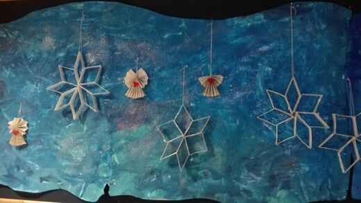 Tähdet on tehty matopurkista, liitetty nitojalla yhteen. Maalattu valkoisella pullovärillä ja päälle ripoteltu kimalletta.  Enkelit on tehty kahdesta kirjan sivusta :)