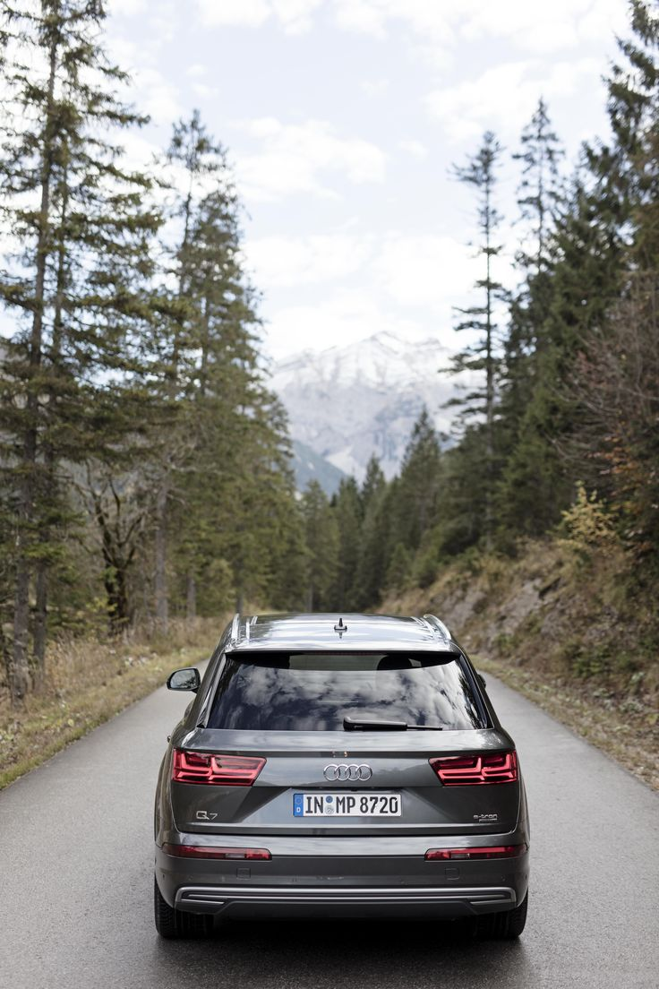 Autumn is calling. Pure, invigorating mountain air fills the lungs. Thanks to the #AudiQ7 #etron you can only hear the soft rustling of the leaves.