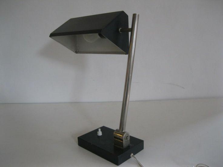 Bijzonder fraai exemplaar, bureaulamp van HALA in Zeist.  Chroom in perfecte staat, originele lak nog zeer goed. Kap in allerlei posities te draaien. Met de originele HALA sticker in binnenzijde kap.