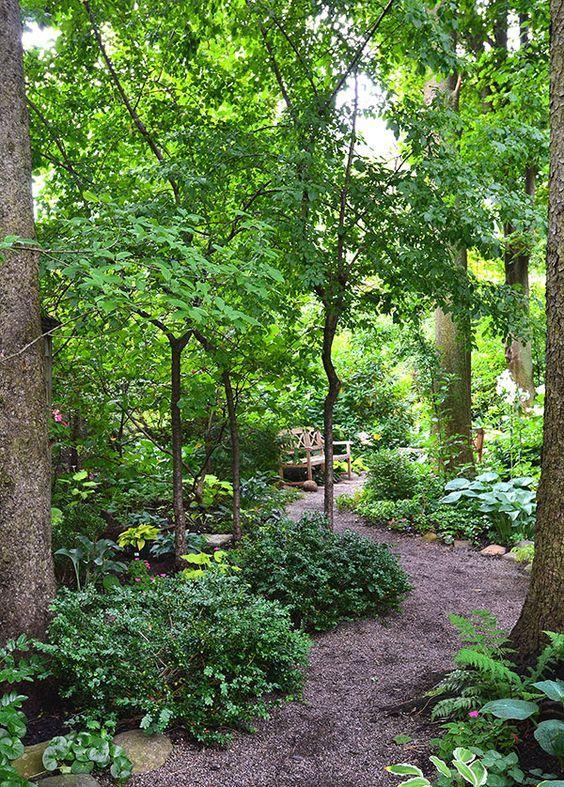 Este jardín es el jardín el sueño de un amante de la sombra con altos árboles y caminos a los espacios íntimos.