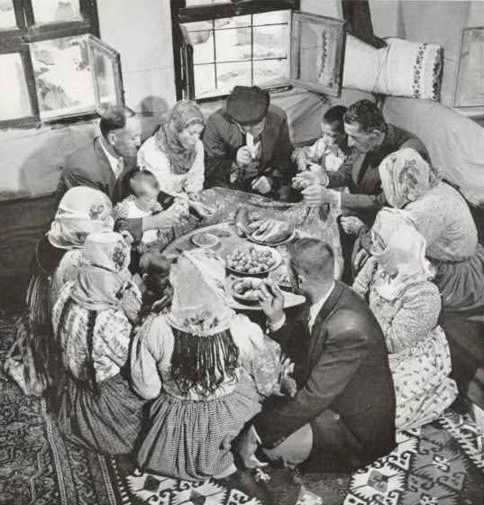 Η οικογένεια γύρω από το τραπέζι - σοφρά (μια ιερή Ελληνική στιγμή), τα παιδιά τρώνε χωριστά.