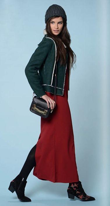 Вишневое платье, зеленая шапка, зеленая сумка, бордовые ботильоны