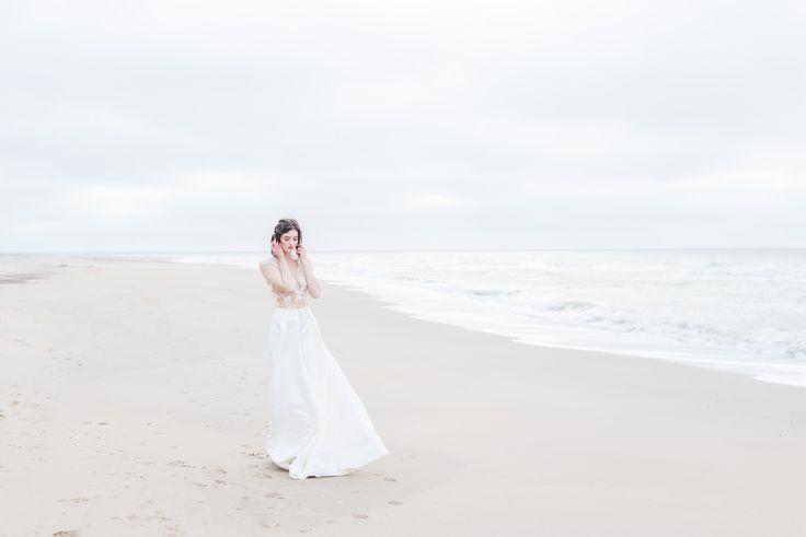EMANUEL HENDRIK   Body: Sparkle - Rock: Tailor    Model: Johanna Vorrath   Fotograf: Laboda   Hochzeitskleid / Wedding Dress - Hochzeit / Wedding - Düsseldorf & München / Duesseldorf & Munich - Handgefertigt / Handmade - Holland - Zeeland - Strand / Beach - Body - Spitze - Rock / Long Skirt