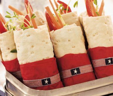 Varför inte testa att laga till raketstrutar? Strutarna, innehållandes tunnbröd, färskost, skinka och morot, är både festliga och roliga att servera som förrätt eller som tilltugg.