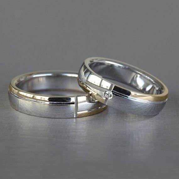 Coppia di fedi matrimoniali in oro 18KT, prodotte in Italia con manifattura interamente artigianale.  DONNA Diamante: SI - CT 0,02 Misura: Nr. 13 (personalizzabile) Larghezza: 5 mm gr: 6,82  UOMO Misura: Nr. 21 (personalizzabile) Larghezza: 5 mm gr: 7,68  Vendibili anche singolarmente. Incisione in omaggio (se presente da inserire nelle note durante il pagamento)