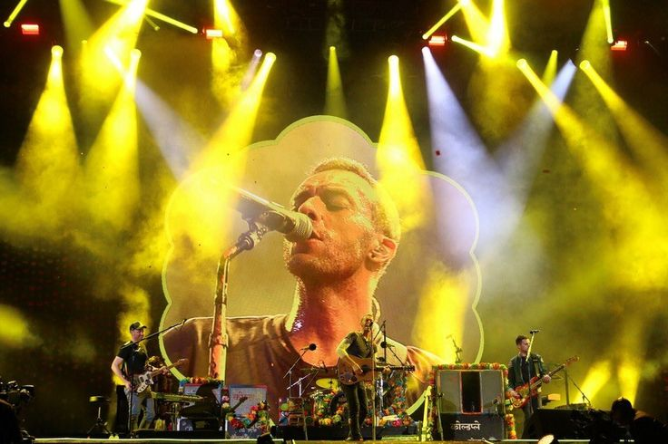 "Coldplay performing ""Yellow"" at Du Arena [NavinKhianey]"