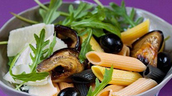 Nudelsalat mit Auberginen, Oliven, Rucola und Parmesan | For me online Germany