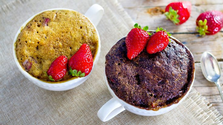 MUG CAKE alle FRAGOLE & CIOCCOLATO | RICETTA DOPPIA | CON LE UOVA SENZA ...