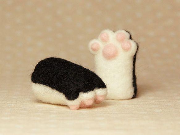 羊毛フェルトで作った、猫の手指人形2個セットです。 指にはめて猫と遊ぶ、シャチハタ入れ、リップケース、ペンキャップになど 使い方はいろいろ♪特別指が大きい方で...|ハンドメイド、手作り、手仕事品の通販・販売・購入ならCreema。