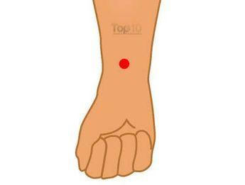 Contre les nausées : Le point d'acupression Péricardium soulage aussi les maux d'estomac, maux de tête, douleurs thoraciques, douleurs et inconforts du syndrome du tunnel carpien. Il est situé entre les deux grands tendons à l'intérieur de votre poignet, environ à trois doigts en-dessous de la de la base de votre paume. Appuyez sur le point avec votre index et le majeur pendant quelques minutes.