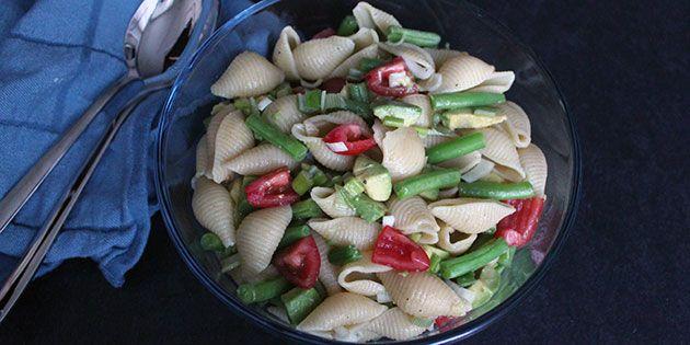 Super nem pastasalat med grønne bønner, tomater og avocado samt en skøn dressing.