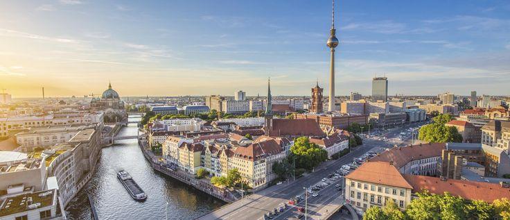 Kultur, Geschichte und ein pulsierendes Nachtleben — in Berlin kannst du unglaublich viel erleben: Besuche das Brandenburger Tor, mach einen …
