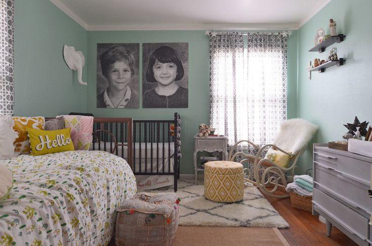 Детская кроватка в углу спальни родителей