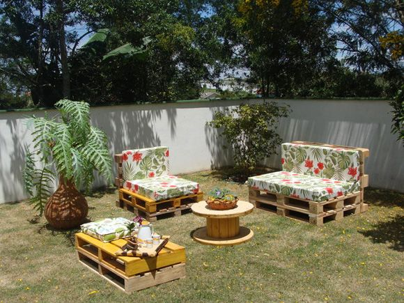 Conjunto de sofás com Pallet (Foto: Divulgação) Gostou? Clique na imagem e confira dicas de decoração com pallet!