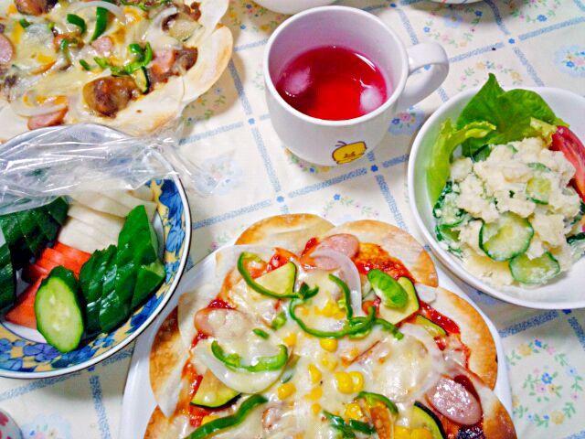 餃子の皮が半額だと買ってしまう。 餃子は面倒なので、大体別の料理に。  手前はケチャップ、奥は昨日の残りのカレー味。  ミツカンレシピのマヨ半量ポテサラと。  胡瓜の糠漬け  ブルーベリーカシスドリンク - 9件のもぐもぐ - 餃子の皮ピザ by うたかた。