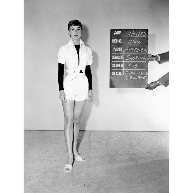 """Die Schauspielerin bei der Kostüm-Anprobe für den Film """"Sabrina"""" 1953 in den Studios von Paramount Pictures. Der Hollywood-Film wurde extrem erfolgreich"""
