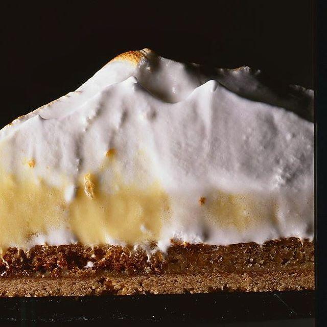 Tarte au citron jaune et vert. Lemon and lime tart #philippeconticini #conticini #pâtisserie #desserts #gateaux #cakes #pastry #citron #lemon #humid #lime #citronvert #meringue
