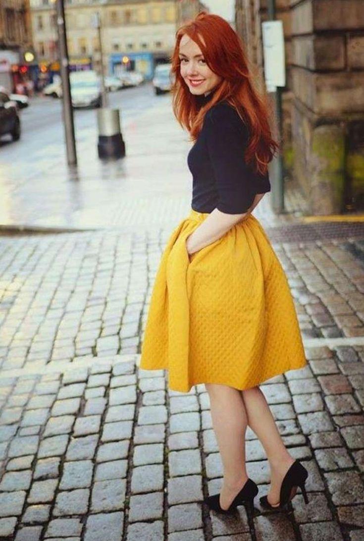 Conjunto falda amarilla, camiseta negra y tacones negros